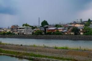 住宅が河川の近くに建っている